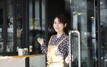 笑顔の女性店員の画像